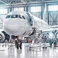 avión en hangar